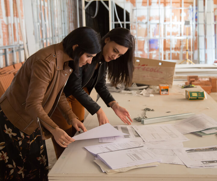 Las dos interioristas de JMC consultando unos planos.